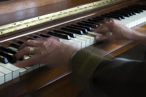 Hände auf Klavier