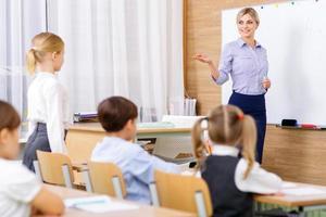Der Lehrer fragt einen bestimmten Schüler