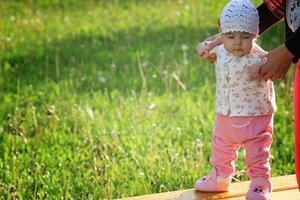 Baby lernt mit der Mutter laufen