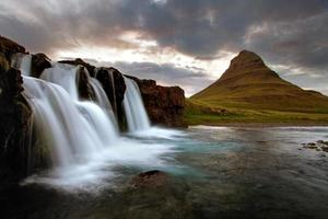 Wasserfall mit Vulkan in Island foto