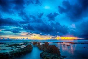 bunter Sonnenuntergang mit glatter Welle für Hintergrund foto