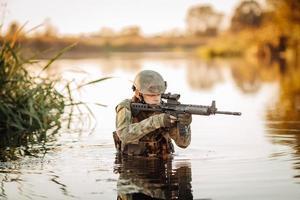 Soldat bewegt sich durch das Wasser und zielt auf den Feind