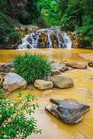 Umgebung Yang Bay Wasserfall in Vietnam foto