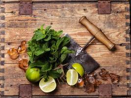 Zutaten für Mojitos Eis, Minze und Limette foto