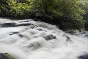 Wasserfall im Wald.