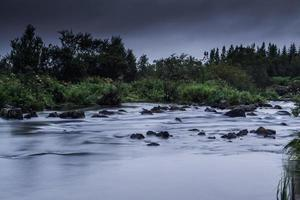 Reykjaviks Fluss am Rande der Stadt foto