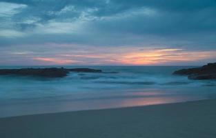 Langzeitbelichtung von Felsen in Wellen