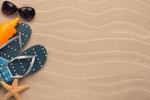 Zubehör für den Strand im Sand liegen