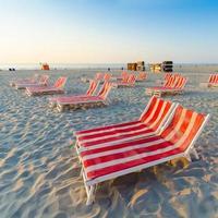 Liegestühle am perfekten tropischen weißen Sandstrand