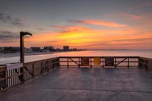 Fort Myers Pier im Morgengrauen mit kleinem Licht