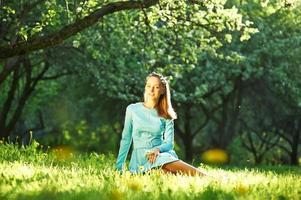 Frau im Kleid zwischen Apfelblüten foto