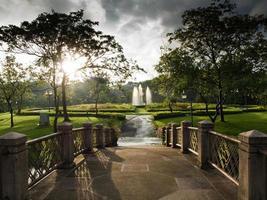 Brücke und Brunnen im Garten foto