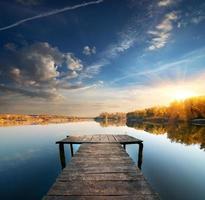 Pier an einem ruhigen Fluss foto