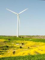 Stromerzeugung aus Windmühlenturbinen foto