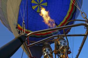Heißluftballon ist aufgeblasen foto