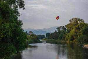 Ballon auf dem Nam Song River foto