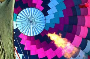 in einem Heißluftballon während des Aufblasens foto