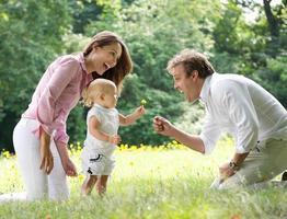 glückliche Familie mit Kind, das Vater Blume gibt