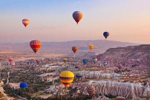 Heißluftballon fliegt über Kappadokien Truthahn