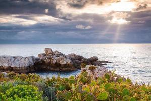 dramatischer Frühlingssonnenuntergang am Kapmilazzo foto
