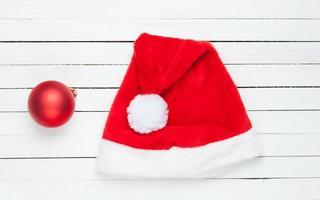 Weihnachtsball und Weihnachtsmütze foto