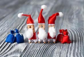 Weihnachtseinladung. Wäscheklammer Santa Claus foto