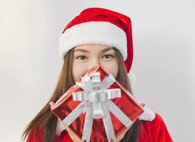 Weihnachtsmann Hut mit roter Weihnachtsgeschenkbox foto