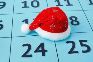 Kappe des Weihnachtsmannes auf dem Kalender foto