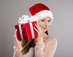 schöne Weihnachtsfrau mit Geschenk