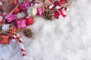 Weihnachtsdekoration mit Schnee bedeckt foto