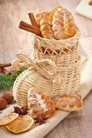 Weidenweihnachtsstrumpf gefüllt mit Keksen foto