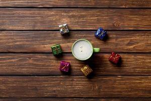 Geschenke und eine Tasse Kaffee foto