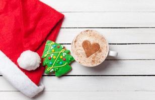 Tasse Kaffee und Weihnachtslebkuchen