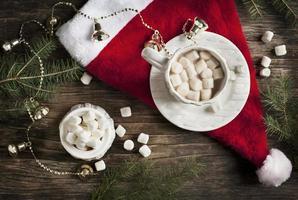Becher gefüllt mit heißer Schokolade und Marshmallows