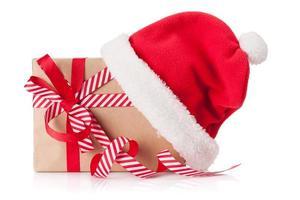 Weihnachtsgeschenkbox mit Weihnachtsmütze foto