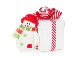Weihnachtsgeschenkbox und Schneemannspielzeug foto