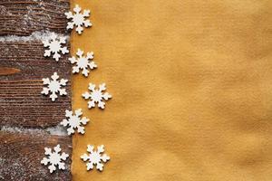 Weihnachtshintergrund - leeres handgeschöpftes Papierblatt und Schneeflocken