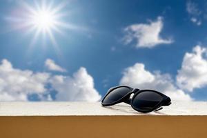 schwarze Sonnenbrille auf einem Felsvorsprung foto
