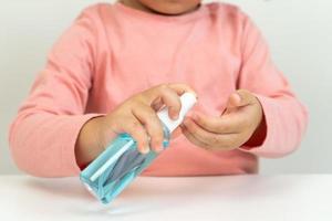 kleines Mädchen mit Desinfektionsmittel