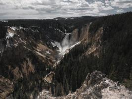 Wasserfall und Berg tagsüber