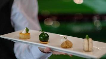 Dessert auf einer weißen Platte serviert