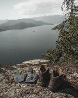 braune Stiefel auf Felsen