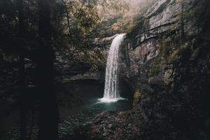 schöner geheimer Wasserfall