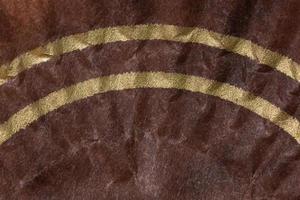 brauner Papierhintergrund mit gelben Streifen