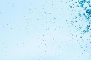 Blasen im blauen Wasserhintergrund