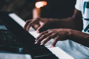 Person, die elektrische Tastatur spielt