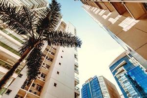 Low-Angle-Perspektive von Gebäuden während des Tages