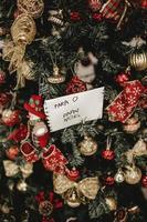 Weihnachtsbaum mit Dekor und einer Notiz