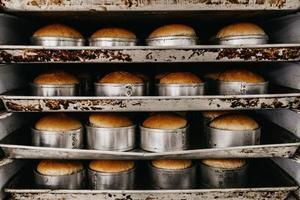Reihen gebackenes Brot auf Küchenregalen foto