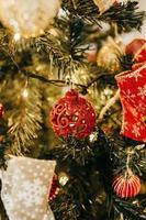rote Kugeln auf Weihnachtsbaum